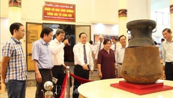 """Du khách chiêm ngưỡng Bảo vật quốc gia """"Mộ Chum gỗ nắp trống đồng Phú Chánh"""" trưng bày tại Bảo tàng tỉnh Bình Dương. (Ảnh: TTXVN)"""