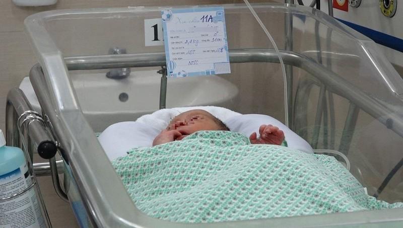 Bé sơ sinh bị bỏ rơi thời điểm điều trị tại Bệnh viện Xanh Pôn. Ảnh VietNamnet.