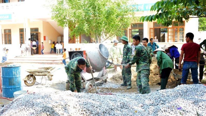 Bộ đội tham gia xây dựng nông thôn mới.
