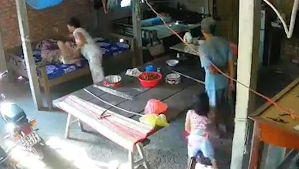 Một vụ bạo hành cha mẹ gây phẫn nộ dư luận.