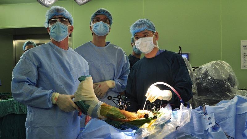Một ca phẫu thuật bằng robot được thực hiện tại Bệnh viện Bạch Mai. (Ảnh minh họa)