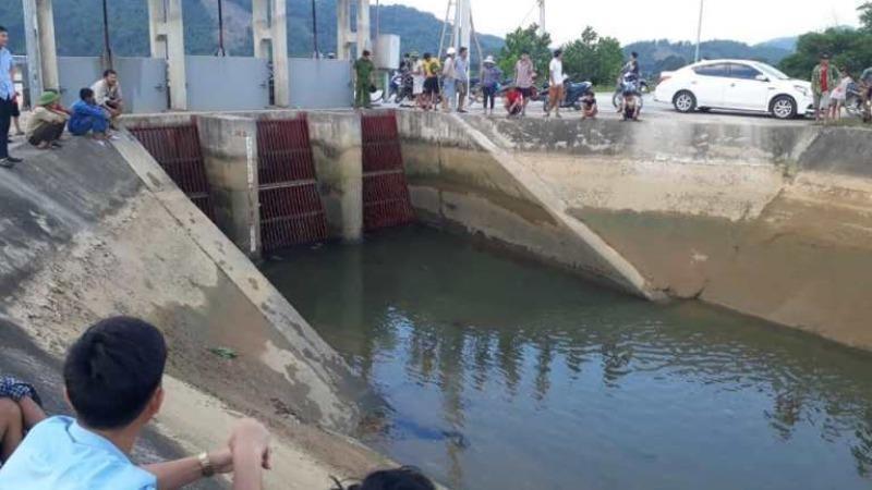 Người dân tìm kiếm bé gái ngã xuống kênh.