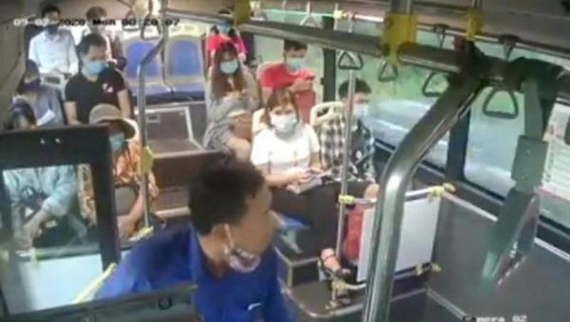 Nam hành khách chửi bới, nhổ nước bọt vào nhân viên bán vé xe buýt.