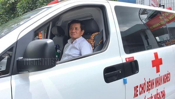 Ông Đoàn Ngọc Hải lái xe cứu thương chở bệnh nhân miễn phí.