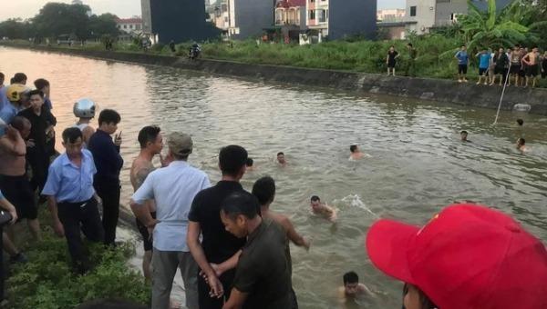 Người dân tìm kiếm các nạn nhân.