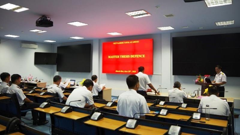 Học viên Học viện Hải quân bảo vệ luận văn Thạc sĩ bằng tiếng Anh.