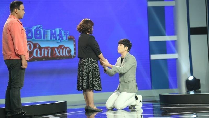Chàng MC quỳ xuống xin mẹ cho mình được tự do quyết định cuộc sống trong một chương trình truyền hình .