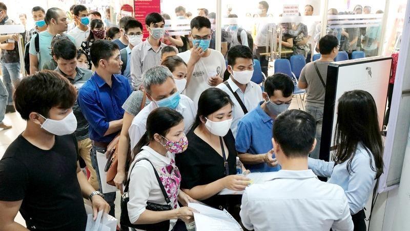 Xếp hàng làm thủ tục trợ cấp thất nghiệp tại Hà Nội.