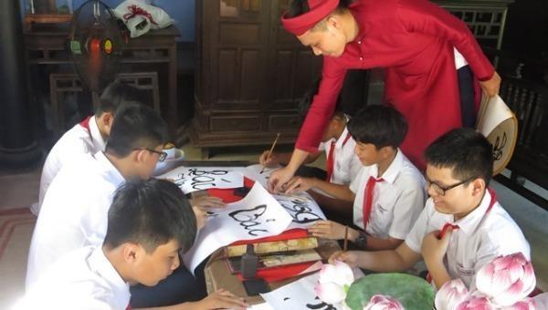 Học sinh khám phá, trải nghiệm tại nhà lưu niệm Chủ tịch Hồ Chí Minh ở 112 đường Mai Thúc Loan. Ảnh: Minh Hiền.