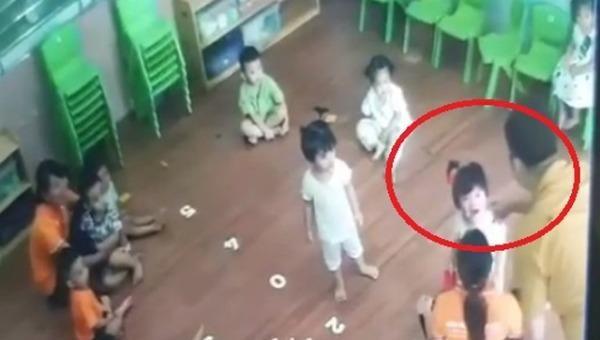 Bé gái bị bố bạn hành hung tại lớp. Ảnh cắt từ clip.