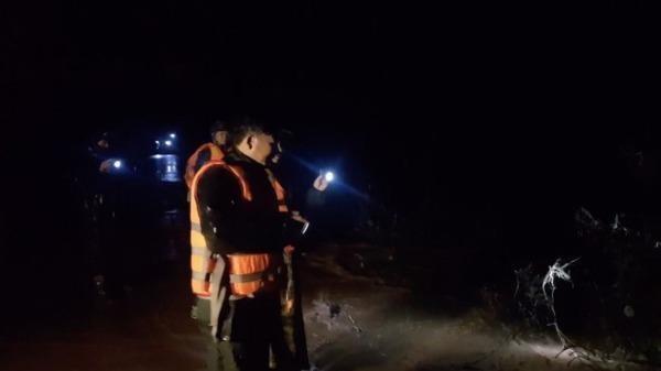 Lực lượng chức năng tìm kiếm nạn nhân suốt đêm.
