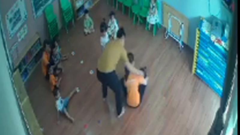 Hình ảnh nam phụ huynh xông vào lớp giật tóc, tát vào mặt trẻ 2 tuổi - ảnh cắp từ clip.