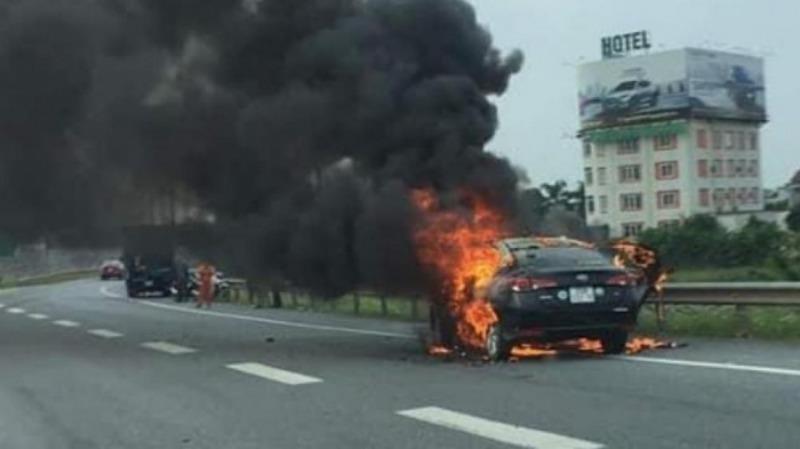 Hiện trường vụ cháy xe.