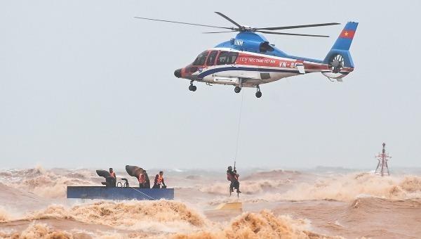 Trực thăng cứu hộ các thuyền viên trên tàu mắc cạn tại Cửa Việt, Quảng Trị.