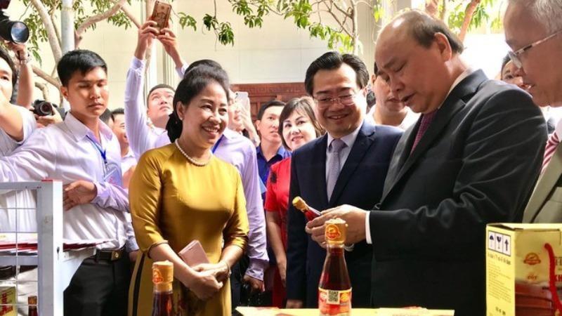 Thủ tướng Nguyễn Xuân Phúc tham quan khu trưng bày đặc sản Kiên Giang bên lề Hội nghị  xúc tiến đầu tư của tỉnh.