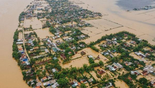 Nhiều khu dân cư ở Thừa Thiên-Huế ngập sâu trong lũ. Ảnh Thanh Niên.