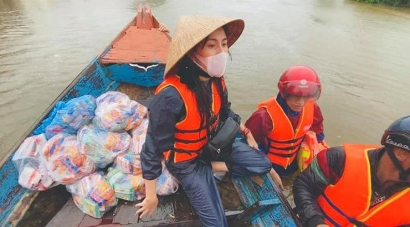 Thủy Tiên trao quà hỗ trợ người dân vùng bão lũ.
