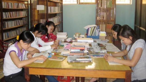 Người dân đến thư viện tìm hiểu thông tin, kiến thức.