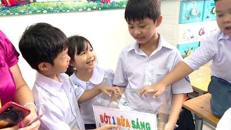 Bé Đăng Khang tổ chức quyên góp giúp người dân vùng lũ.