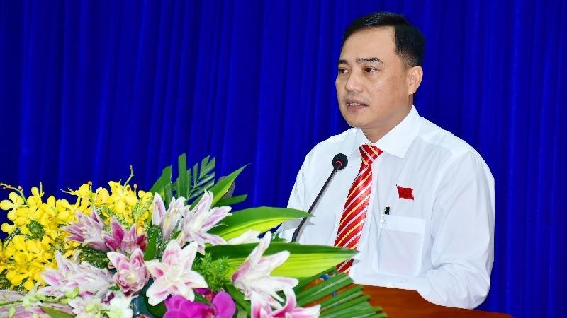 Ông Trần Thanh Tuấn - Chủ tịch Uỷ ban MTTQ Việt Nam huyện Vĩnh Lợi (Bạc Liêu) góp vào dự thảo văn kiện.