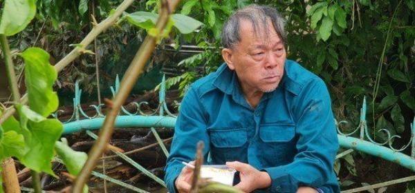 Cụ Nguyễn Văn Lài thôn Hòa Bình xã Tân Ninh huyện Quảng Ninh rốn lũ sâu nhất tỉnh Quảng Bình bật khóc khi nhận suất cơm nóng sau nhiều ngày lũ vùi. (Nguồn ảnh SGGP).