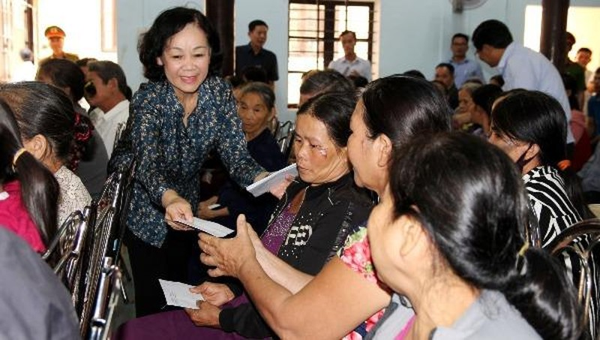 Trưởng Ban Dân vận Trung ương Trương Thị Mai chia sẻ khó khăn với người dân phường Hương Văn, Hương Vân, thị xã Hương Trà, tỉnh Thừa Thiên Huế.