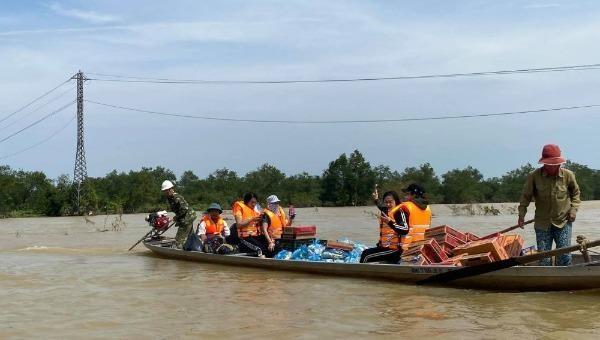 Tiếp cận vùng lũ trao quà cho người dân ở Quảng Bình.