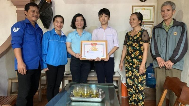 Huyện đoàn Đức Thọ biểu dương, trao giấy khen cho em Phan Văn Quang.