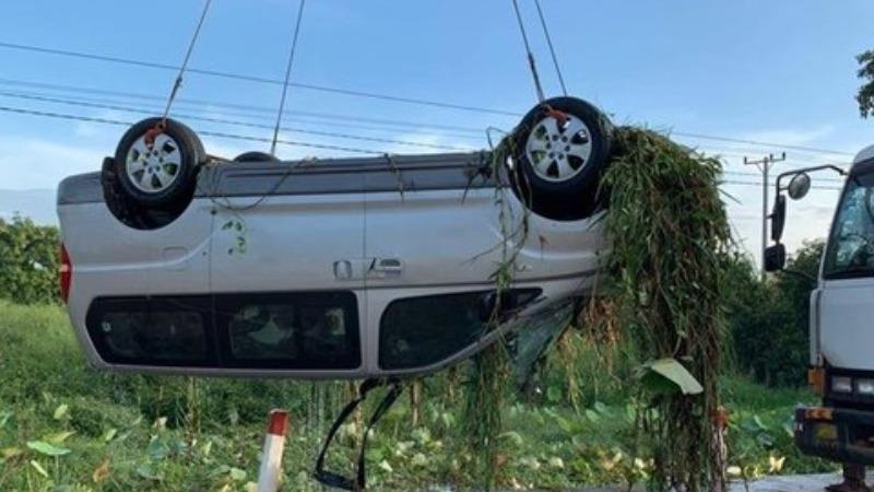 Chiếc xe gặp nạn được lực lượng cứu hộ cẩu lên. (Nguồn: Fresh News)