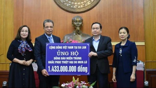 Trao tiền ủng hộ đồng bào miền Trung của cộng đồng người Việt Nam ở nước ngoài.