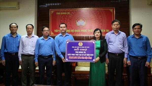 Đoàn công tác của Tổng LĐLĐ Việt Nam hỗ trợ 500 triệu đồng khắc phục hậu quả mưa lũ cho tỉnh Quảng Trị.