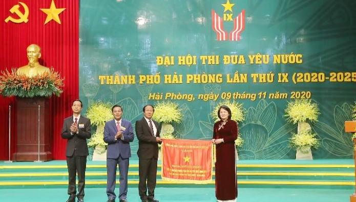 Phó Chủ tịch nước Đặng Thị Ngọc Thịnh trao cờ thi đua của Chính phủ cho TP Hải Phòng.