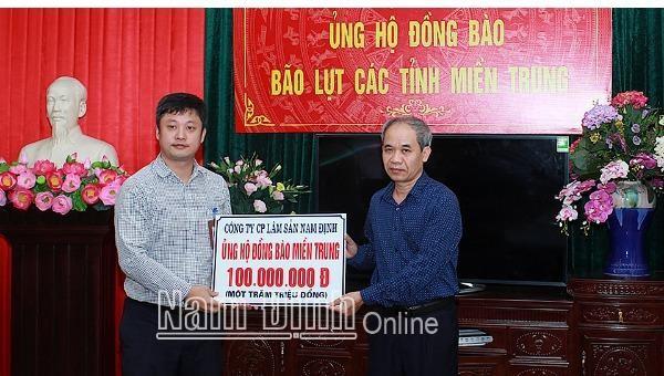 Ủy ban MTTQ tỉnh Nam Định tiếp nhận ủng hộ đồng bào miền Trung.