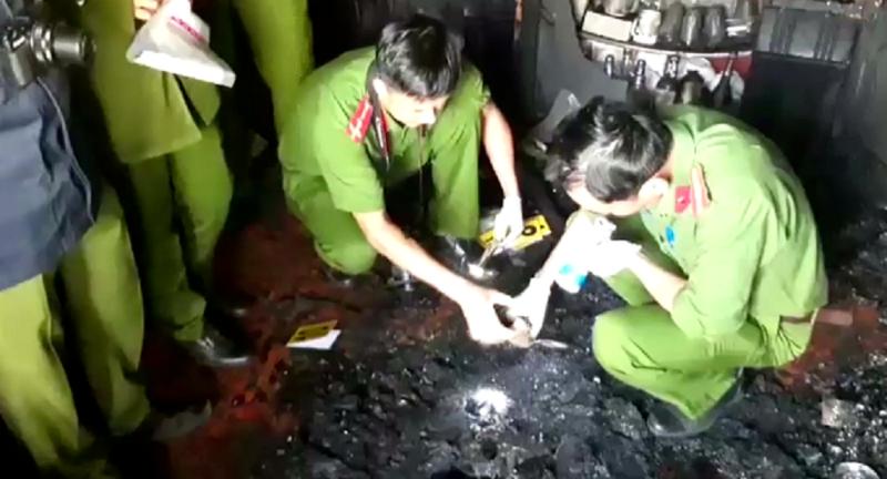 Công an khám nghiệm hiện trường một vụ cháy.