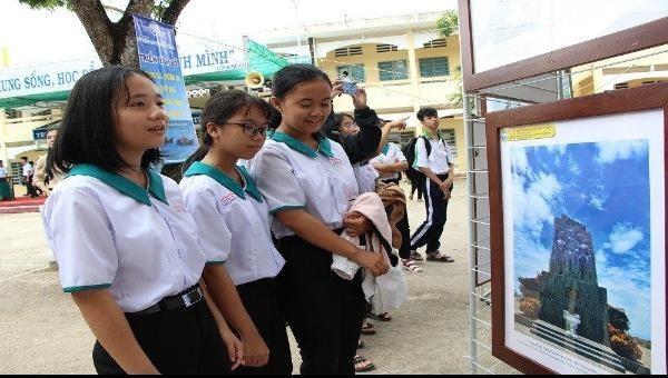 Học sinh tham quan tại triển lãm.