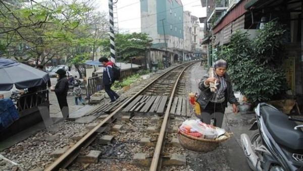 Trên địa bàn Hà Nội vẫn còn nhiều lối đi tự mở băng qua đường sắt.