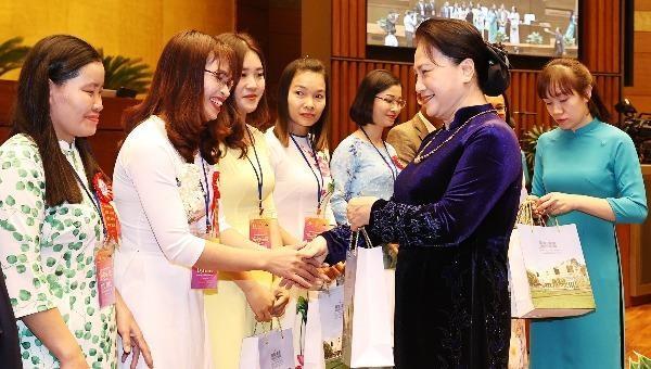 Chủ tịch Quốc hội Nguyễn Thị Kim Ngân tặng quà các giáo viên, nhà quản lý giáo dục tiêu biểu tại buổi gặp mặt.