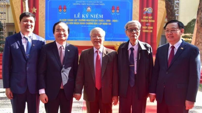 Tổng Bí thư, Chủ tịch nước Nguyễn Phú Trọng gặp lại thầy giáo chủ nhiệm (người đứng thứ 2 từ phải sang) tại Lễ kỷ niệm.