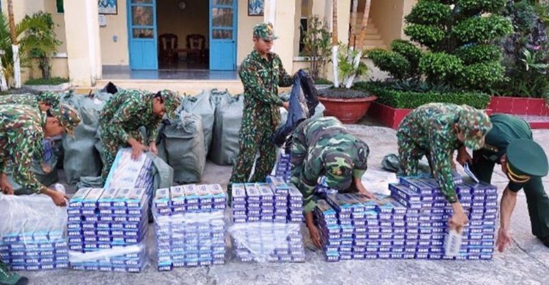 Bộ đội Biên phòng kiểm đếm thuốc lá lậu bị bắt giữ.