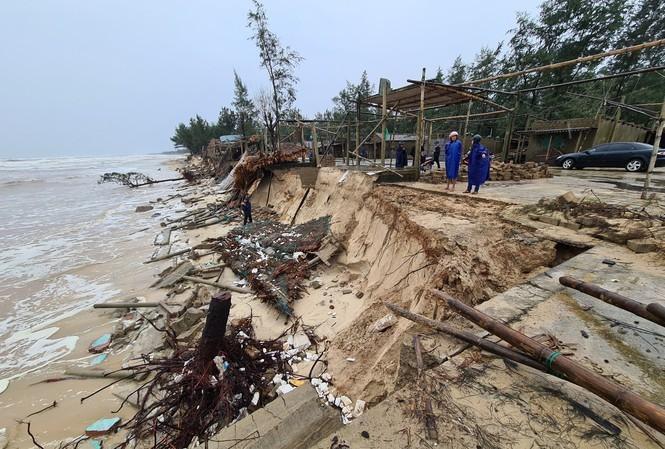 Bão số 13 khiến bãi biển Gio Hải (huyện Gio Linh, Quảng Trị) tiếp tục ăn sâu vào đất liền 5-10 mét.