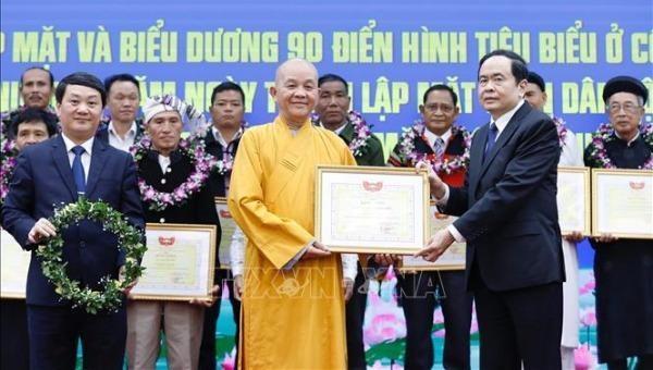 Chủ tịch Uỷ ban Trung ương MTTQ Việt Nam Trần Thanh Mẫn tặng Bằng khen biểu dương các điển hình tiêu biểu.