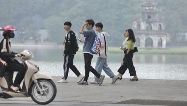 Người dân lơ là việc đeo khẩu trang ở khu vực Hồ Hoàn Kiếm (Ảnh: TTXVN)