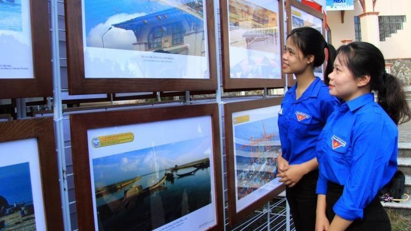 Sinh viên Trường đại học Đà Lạt tham quan triển lãm.
