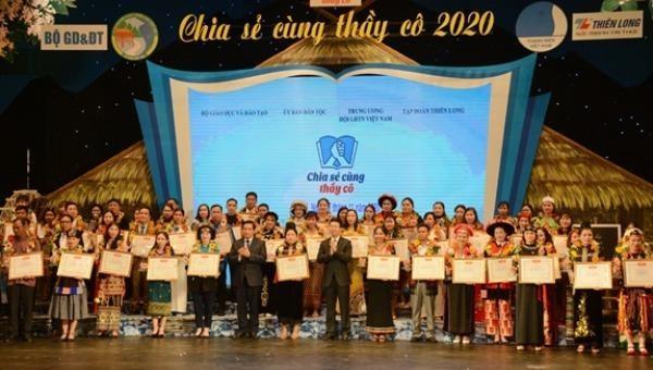 Ủy viên Bộ Chính trị, Bí thư Trung ương Đảng, Trưởng Ban Tuyên giáo Trung ương Võ Văn Thưởng trao bằng khen tặng các thầy, cô giáo tại lễ tuyên dương.