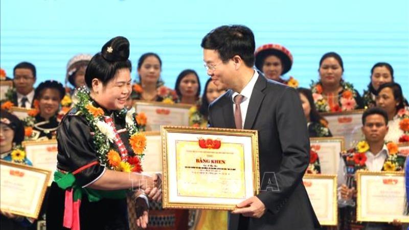 Ủy viên Bộ Chính trị, Bí thư Trung ương Đảng, Trưởng Ban Tuyên giáo Trung ương Võ Văn Thưởng trao Bằng khen tặng các thầy cô giáo được tuyên dương.
