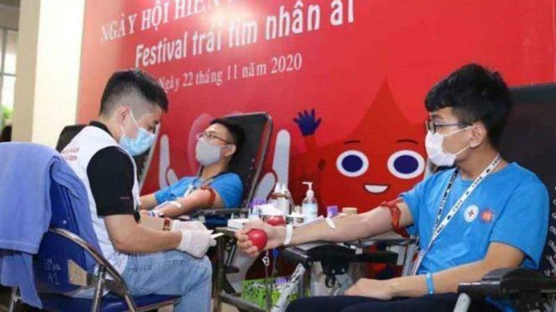 Các tình nguyện viên hiến máu tại ngày hội. Ảnh: Thanh Tùng/TTXVN