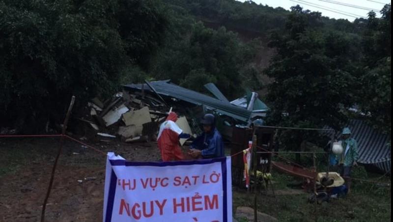 Sạt lở núi, 3 căn nhà bị đổ sập