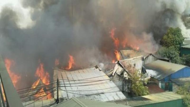 Cháy hàng chục xưởng gỗ ở Hà Nội