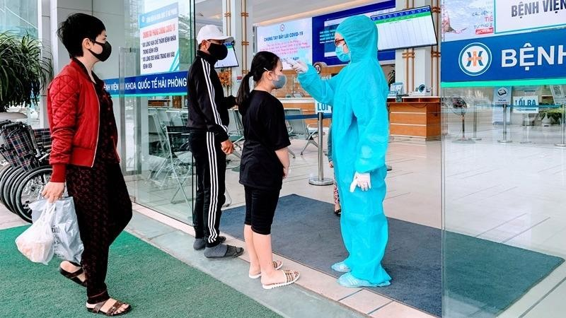 Mọi người đến các cơ sở y tế đều phải đeo khẩu trang và thực hiện các biện pháp phòng, chống dịch Covid-19.