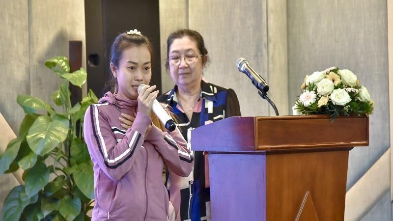 Chị Phan Thị Hồng Nhung chia sẻ niềm vui được nhận giấy khai sinh.